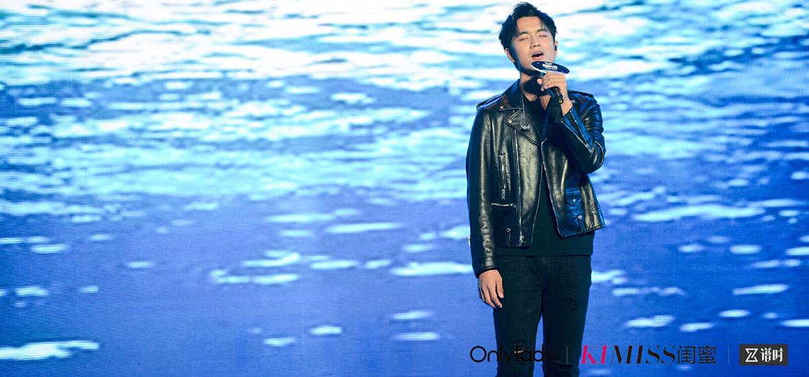 人气男歌手于��现场献唱《因你而生》
